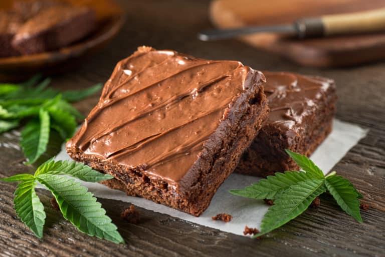 gras hasch brownies mit cannabisblätter
