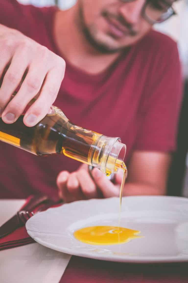 Olivenöl auf Teller. Ideal zum Dippen von Brot.